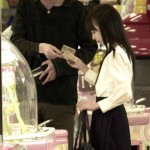 渋谷に女子高生、女子中学生数百人を金持ちおじさんに繋ぐ女子高生がいます。