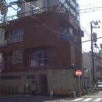 稲川会の理事長の山川一家内堀組の組事務所の前になぜベンチ??